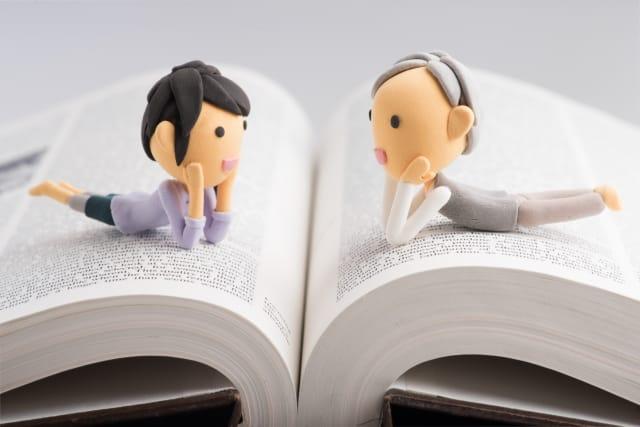 本で対話をする2人