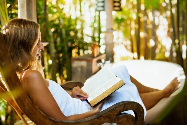 外で読書をする様子