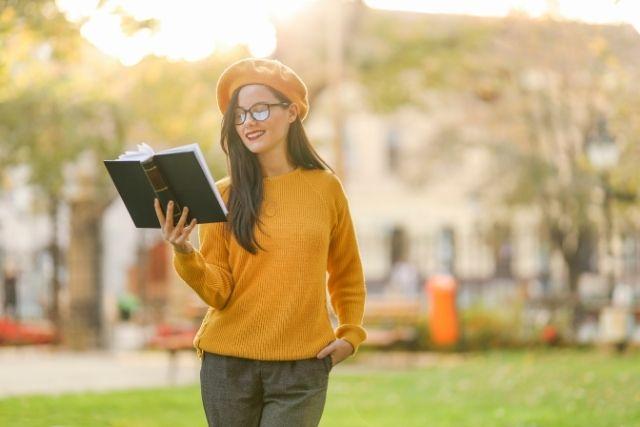 歩きながら読書をする女性