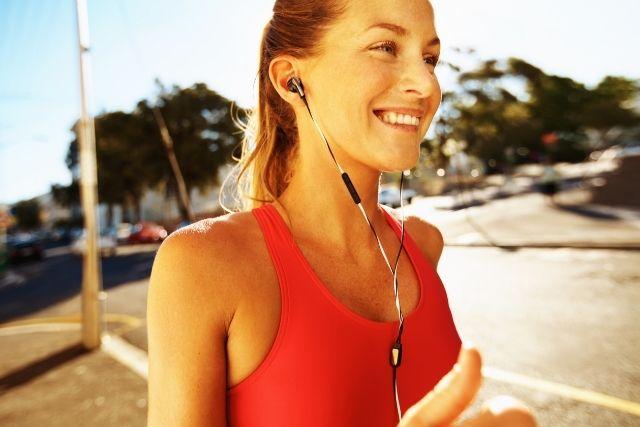 運動しながらオーディオブックを聴く女性