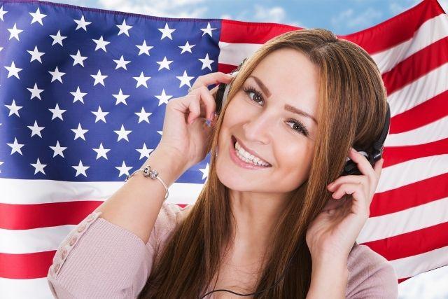 Audibleを聴く海外の女性