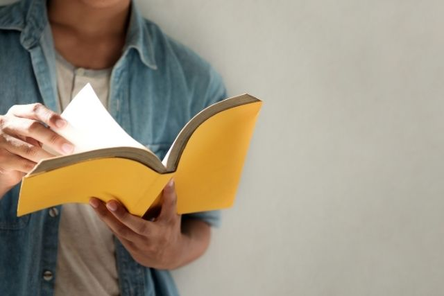 読書をする人