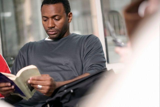 読書をする男