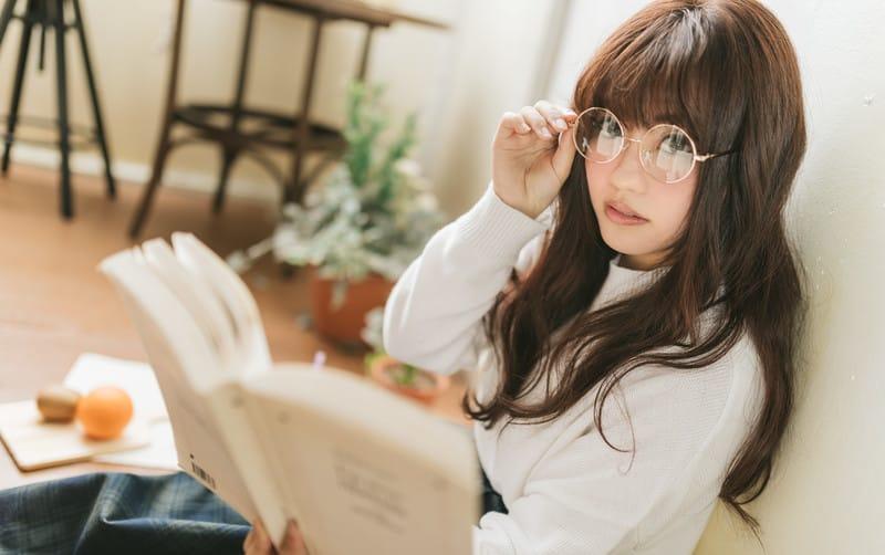 知的に読書をする女性