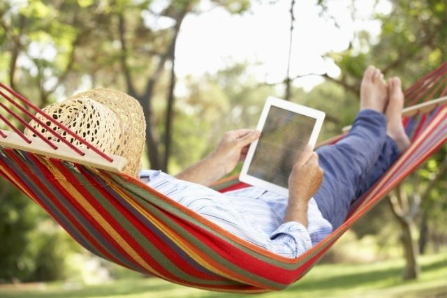 外で電子書籍を読む人